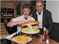 英国餐厅做出最大汉堡  重约13.6斤