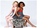 双胞胎姐妹肤色一白一黑 几率仅百万分之一