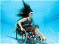 英新型轮椅可使残疾人在海中游弋