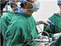 专心致志的王存川教授在手术中