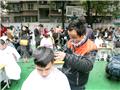 广州义剪现场伤心父亲哭诉 政府大病救助体系亟待建立
