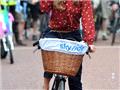 英国女星布鲁克骑单车宣传健康低碳生活