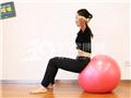 动作八:球上小卷腹(预备姿势)