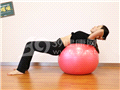 动作八:球上小卷腹(躺下)