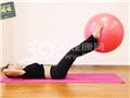 动作九:双腿夹球上举(上举)