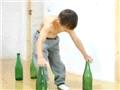 7岁大力士展酒瓶上做俯卧撑绝技1