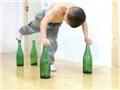 7岁大力士展酒瓶上做俯卧撑绝技2
