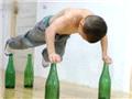 7岁大力士展酒瓶上做俯卧撑绝技3