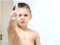 7岁大力士展酒瓶上做俯卧撑绝技15