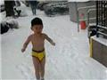 """""""裸跑弟""""在雪地光着身子""""漫步"""""""