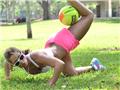 健身小姐公园做球操 展狂野诱惑