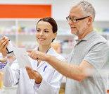 护士们在指导老人如何用药