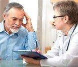 医生在给老人量血压