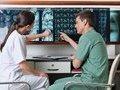 母亲陪同桑德拉一起听医生就手术进行讲解。
