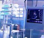 麻醉医生靠两个屏幕显示的数据,实时监测手术过程中患者的生命体征。