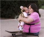 世界上最短的妈妈 身踏滑板也育儿