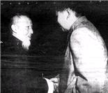与毛泽东合影