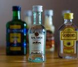 最终产品,玻璃瓶装橄榄油。高品质的橄榄油必须存放在黑色玻璃瓶中,以防止发生化学变化。