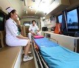 眼科飞机医院的工作人员在向雷于蓝副省长介绍