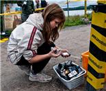 女工作人员收拾参赛手机