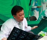 中国医学科学院肿瘤医院肝胆外科主任吴健雄在看片