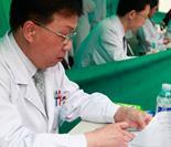 中国医学科学院肿瘤医院肝胆外科主任吴健雄在阅读患者病历