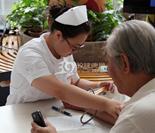 医护人员给患者测量血压