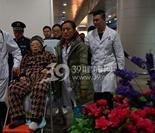 """深夜,空军总医院人员到北京西站接""""感动中国""""的乡村教师朱敏才"""