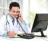 网络医院医生正在出诊,但面对的是视频中的患者。